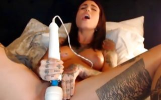 Tattooed bombshell with creepy hairstyle vibrating bald pussy